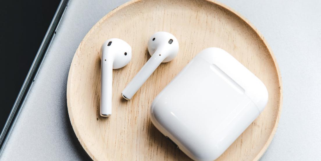 Με ασύρματη φόρτιση έρχονται τα νέα AirPods της Apple